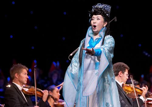 中国著名歌唱家彭丽媛(饰花木兰)在奥地利首都维也纳国家歌剧院演出